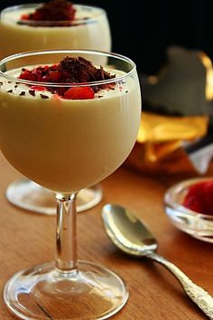Cozinhadaduxa: Mousse de Chocolate Branco Mini Desserts, Chocolate Desserts, Easy Desserts, Delicious Desserts, Yummy Food, Fruit Recipes, Gourmet Recipes, Sweet Recipes, Dessert Recipes