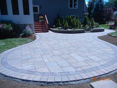 beacon hill flagstone patio = I like this simple double border, with pavers inside in a random order. Backyard Pool Designs, Patio Design, Backyard Patio, Exterior Design, Garden Slabs, Garden Paving, Flagstone Patio, Concrete Patios, Pavement Design
