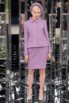 Take a look to Chanel Haute Couture Spring Summer 2017collection: the fashion accessories and outfits seen on Parigi runaways.