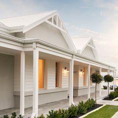 Trendy Exterior Home Design Country White Trim Ideas Farmhouse Exterior Colors, House Paint Exterior, Exterior House Colors, Modern Exterior, Die Hamptons, Hamptons Style Homes, Country Home Exteriors, Country House Design, Modern Country Houses