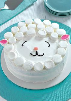 15 Simple Kids Birthday Cakes You Can Make At Home. These are simple cakes that … 15 simple kids birthday cakes that you can bake at home. These are simple cakes that are very easy to bake and prepare at home! This sheep cake consists of marshmallows. Creative Cake Decorating, Birthday Cake Decorating, Creative Cakes, Decorating Ideas, Professional Cake Decorating, Creative Food, Cookie Decorating, Bolo Original, Easter Cake Easy