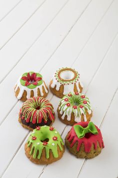 30 Sweet Christmas Cookies To Melt Your Heart - Food Mini Christmas Cakes, Christmas Truffles, Christmas Cake Decorations, Christmas Sweets, Holiday Cakes, Christmas Cooking, Christmas Goodies, Christmas Desserts, Holiday Treats