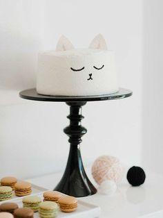 Trop mignon ce gâteau chat!  Gâteau blanc et glaçage à la vanille, oreilles en carton et gel alimentaire noir qu'on trouve à l'épicerie...