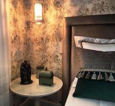 DETALHES   O verde, cor tendência em 2017, aparece nesta criação da arquiteta Carol Cavichiolli como detalhe em veludo da almofada. O papel de parede e a cabeceira da cama também são da Spengler Decor! #projeto #decoracao #carolcavichiolli #quartodehospedes #SpenglerDecor