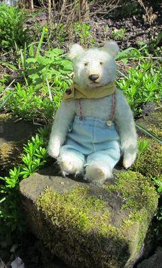 Alfie Mint #bearsenjoyingthesunshine Yes! spring is finally here #artistbears #littlegreenbear #greenartistbears #bearsintrousers Enjoying The Sun, Plush, Mint, Teddy Bear, Spring, Artist, Crafts, Animals, Manualidades
