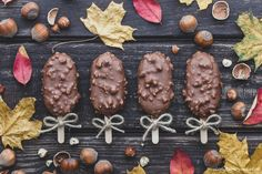 Sernikowe cakesicles w polewie z orzechami | Słodyczowy Świat | Cake pops i inne słodkie drobiazgi Cookies, Chocolate, Food, Crack Crackers, Biscuits, Meal, Cookie Recipes, Schokolade, Eten