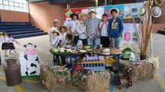 Toldos de los municipios antioqueños durante la celebración de la Antioqueñidad en el colegio.