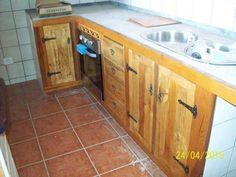 Armarios de cocina confeccionado con maderas recicladas y teñidos con productos naturales