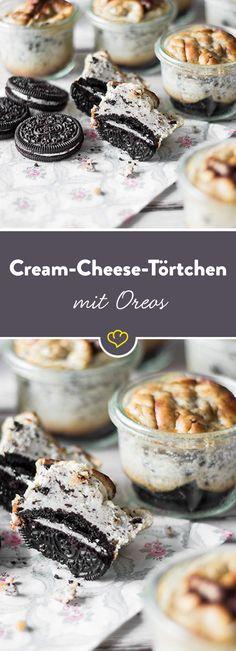 Süße Kleinigkeit für die Kaffeetafel: Diese luftigen Käseküchlein auf knusprigem Keksboden gehen schneller weg als du gucken kannst.