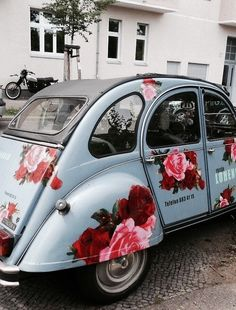 I love Beetle car and this one is floral too. Carros Retro, Carros Vintage, My Dream Car, Dream Cars, Auto Volkswagen, Vw Cabrio, 2cv6, Flower Car, Flower Truck