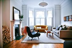 Das geräumige Wohnzimmer war früher in zwei Räume unterteilt. Das gelbe Sofa hat die Familie geerbt, die Leuchte «Bubble Lamp» ist von Modernica, der Beistelltisch von Skandium.