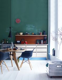 Green chalkboard paint for kitchen wall. Green Kitchen Designs, Modern Kitchen Design, Colorful Interior Design, Home Design Decor, Home Decor, Design Ideas, Kitchen Interior, Kitchen Decor, Kitchen Styling