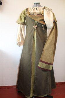Robe tablier de Viking age. Points de suture à la main. Matière : laine, soie. Storlek M (poitrine 90, longueur 114 cm)  Ceinture et robe moyenne, sous la robe, les bijoux ne sont pas inclus.