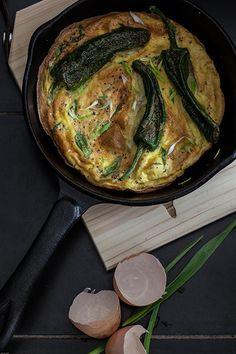 Tortilla de pimientos de Padrón y ajo tierno (tortilla met pimientos de Padrón en jonge knoflook)
