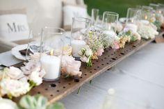 Die perfekte Tischdeko für die Hochzeit! Einfach ein Lochbrett als Tischband verwenden, das über sich über den gesamten Tisch erstreckt!