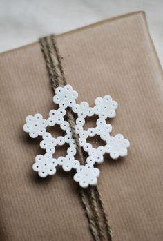 Envoltorio de regalo de Navidad con copo de nieve de Hama beads
