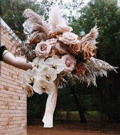 Todo lo que debes saber del Bouquet de Novia – ¿Cómo elijo el bouquet perfecto? El ramo de novia, Significados del ramo de novia, Consejos para elegir el ramo, ¿Cuál es la diferencia entre ramo y Bouquet? Floral, Garden Sculpture, Pink, Beautiful, Outdoor Decor, Home Decor, Rose Petals, Bouquet Of Roses, Mariage