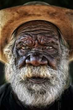 Unique Portraits – 29 mesmerizing images that will never make you look away! Aboriginal Culture, Aboriginal Artists, Aboriginal People, Australian Aboriginals, Old Faces, Interesting Faces, People Around The World, World Cultures, Beautiful People
