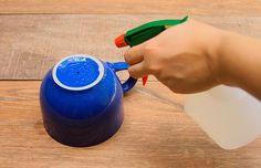PASSO 1: Para transformar qualquer coisa em vaso de planta, é preciso, primeiro, fazer um buraquinho em sua base (entenda aqui o porquê). Furar uma caneca ou xícara pode parecer difícil, mas, acredite, não é :-). Só precisa ter um pouco de cuidado
