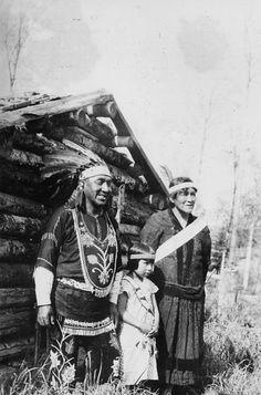 Photograph of Chief Medicine Man of Chippewa Indians Axel Pasey with His Family - NARA - 2128360 - Ojibwe - Chief medicine man Axel Pasey and family at Grand Portage Minnesota. Native American Photos, Native American Tribes, Native American History, American Symbols, Sioux, Indian Tribes, Native Indian, Cherokees, Indiana