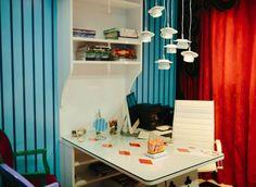 Elementos do filme, como o lustre de xícaras e o tampo da mesa em formato de carta, compõem o ambiente (Foto: Divulgação)