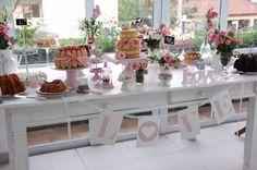 Mesa de bolos e comidas