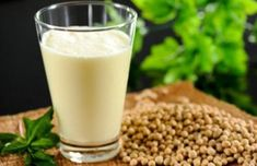 Soy milk is one of the most popular alternatives for cow milk. Soy milk is preferred by people who need to avoid cow milk because of the rich protein content and various health benefits. High Fiber Diet Plan, Coconut Milk Substitute, Hamburger Vegetarien, Fromage Vegan, Backpacking Food, Vitamin B12, Soy Milk, Hemp Milk, Healthy Recipes