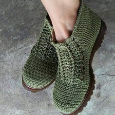 Greativida - where can I get these? Crochet Shoes Pattern, Crochet Boots, Shoe Pattern, Crochet Slippers, Crochet Clothes, Knit Crochet, Crochet Patterns, Make Your Own Shoes, Knit Shoes