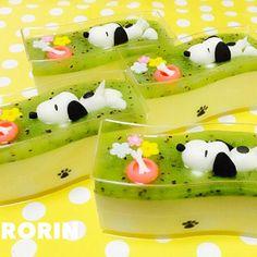 Snoopy swimming in kiwi sauce atop puddings🐶 Kawaii Bento, Cute Bento, Japanese Food Art, Japanese Sweets, Cute Desserts, Asian Desserts, Desserts Japonais, 3d Jelly Cake, Japanese Wagashi