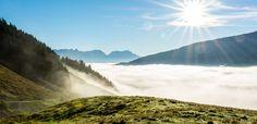 Herbstliche Nebelschwaden in den Alpen.
