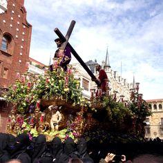 """NUEVO POST - El Viernes Santo es un día muy especial en León. Si bien la Semana Santa de León fue declarada de Interés Turístico Internacional en 2002,  el acto más significativo es el que tiene lugar la mañana del Viernes Santo: """"El Encuentro"""".    Link en el perfil  #ElEncuentro #ProcesiónDeLosPasos #SemanaSanta #SemanaSanta2016 #SemanaSantaDeLeón #León #leonesp #España #sensituris #turexperiencias"""