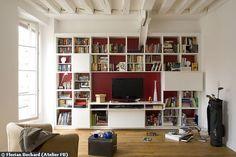 Le meuble télé à tout faire : l'écran disparaît au milieu des livres