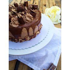 Ma folie des layer cake continue ! Je vous propose la version aux kinder bueno que j'avais déjà réaliser ici avec une recette différente que j'avais pris d'une instagramette . Cette fois ci je vous propose ma propre recette en version moins chocolatée...