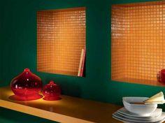 Orange Fliesen für eine exotische Farbkombination mit dunkelgrüner Wand