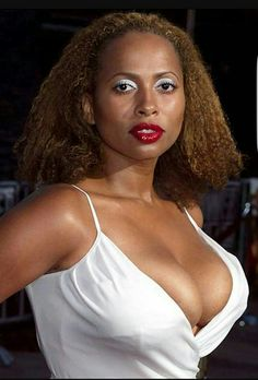 She rises once Black Actresses, Female Actresses, My Black Is Beautiful, Beautiful Women, Lisa Nicole Carson, Natural Short Cuts, Aging Gracefully, Classic Beauty, Sexy