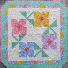 Grandma's Flower Garden - Quilting Digest # flower Gardening You'll Love Displaying This Pretty Quilt - Quilting Digest Bonnie Hunter, Quilting Projects, Quilting Designs, Sewing Projects, Quilt Baby, Small Quilts, Mini Quilts, Pattern Blocks, Quilt Patterns