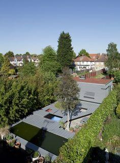 ロンドン郊外にあるランドスケープアーキテクトのアトリエ。庭と一体化するサイディングのファサード。植栽を脇役にした幾何学的構成が良い。