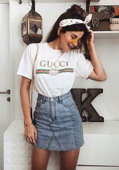 7 peças chaves para arrasar no verão. T-shirt branca com estampa de logo Gucci, saia jeans desfiada, lenço na cabeça, óculos amarelo