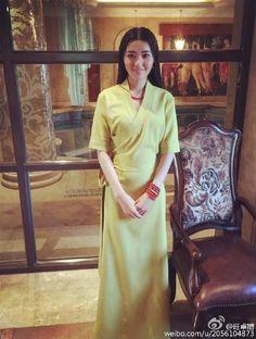 Tibetan girl Tibetan Clothing, Folk Style, Kurta Designs Women, Folk Fashion, Traditional Dresses, Saree, Culture, Elegant, People