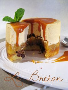 Le Breton (base de biscuit sablé breton au beurre salé incrusté de pépites de chocolat + compotée de pommes et mousse caramel salé)(adapter la recette avec de l'agar agar pour une version veggie)