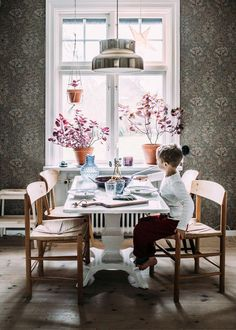 Love the plants and the wall paper, they give so much character to the space