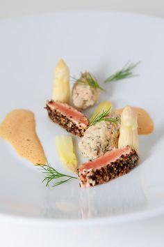 In Vier Gängen: Quenelle vom Lachs, Lachs-Sashimi, Krustentier-Tomatenschaum und geschmorter Spargel