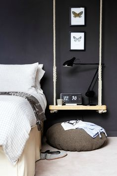 DIY swing as bedside table bedroom black walls Floating Bed, Floating Nightstand, Bedside Tables, Bedside Shelf, Floating Shelves, Shelf Headboard, Bedside Table Design, Home Bedroom, Bedroom Decor
