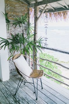 Bring the warmth of the beach and the freshness of the ocean to your home design with these 18 beach home decor ideas. Home Decor Trends, Home Decor Styles, Decor Ideas, Balcony Plants, Beautiful Interior Design, Green Plants, Beach House Decor, Beach Fun, Simple House