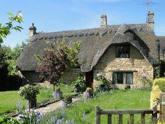イギリス・コッツウォルズと湖水地方 Cozy Cottage, Cottage Homes, Character Home, Landscape Photos, Cottages, Planer, Countryside, Garden Design, Beautiful Places