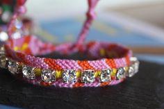 Bracelet rose, orange et jaune en coton tressé à nouer avec un rang de strass