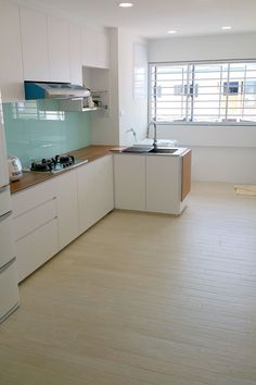 Changing the kitchen layout is expensive because the project involves electrical work, construction, and pipeline removal. This causes homeowners to use the old kitchen layout and improve the function of the kitchen with additional elements.