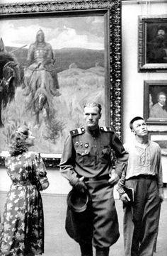 "Henri Cartier-Bresson ""A soldier at the Tretyakov gallery"" 1954."