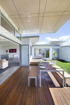 Terrasse abritée qui fait office de salle à manger en plein air