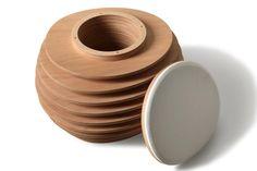 MYO. Pouf contenitore realizzato in multistrato di okume a dischi sovrapposti e distanziati. All'interno un ampio vano contenitore con top rivestito il pelle. Design Giulio Renzi